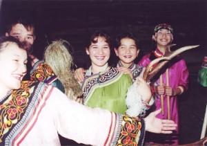 (写真)  アカシカの角を持ったウデヘの若者達