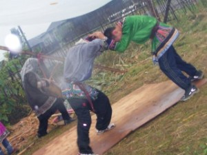 (写真) 太鼓とともにアカシカの闘いを闘うウデヘの少年