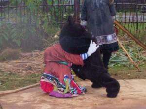 (写真) お祭りの出し物。ウデヘの猟師とツキノワグマの相撲を(ひとりで)演じる、村の男の子