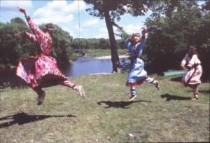 (画像) アカシカの踊り。ビキン川のウデヘの少女達