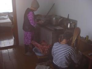 【PHOTO】 台所のヤコフさんと奥さんのアンナさん