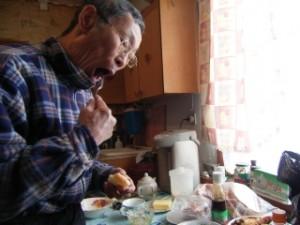 【PHOTO】 朝ご飯を食べる自宅のヤコフさん