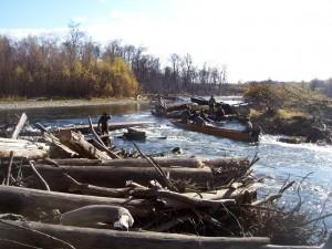 荷物が多くて舟が横転したロシア人釣り客を手伝うヤコフさん、ビキン川、2009年秋