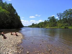 夏のクラスニヤール村、ビキン川の川原